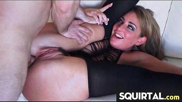 Порно у девушки очень сильный сквирт