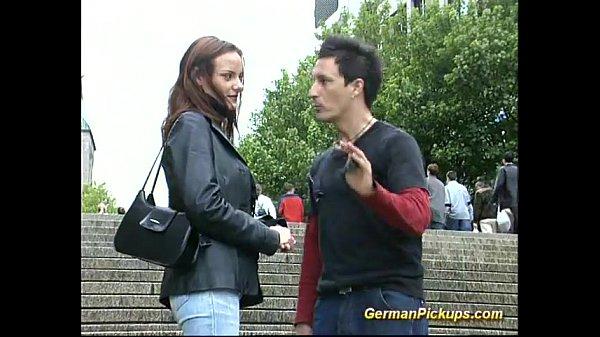 Женщина показывает пизду на улице видео