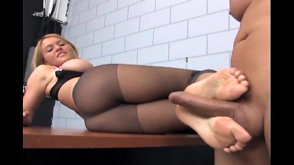 Лижи ноги в колготках видео