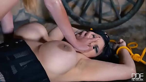Порно азиатки лесби со страпоном