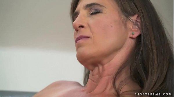 Femeia Mai Invarsta Fututa De Un Barbat Ce E Salbatic Si Da Tare La Buci