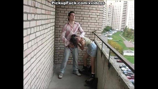 Трахает девку на роликах
