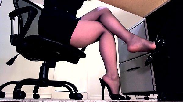 Камера под столом мастурбирует