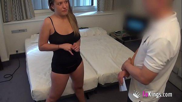 Novinha deu em cima até chupar atendente de hotel