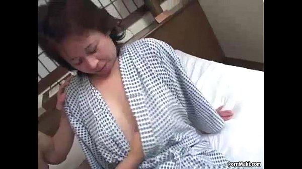 【奥様】60歳おばちゃんイキナリAV風呂上り浴衣で3P撮影開始オマ○コ濡れるまで3分感度良すぎヤリマンだな!