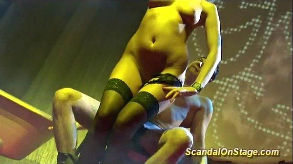 Голая девушка на сцене с цепью видео