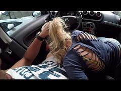 Loira gostosa mamando no carro