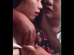 江苏淫官与小姐在餐馆内当众做爱 模仿日本AV (1) - YouTube (480p)