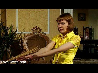 una bella russa rossa con tette piccole spanked e scopata