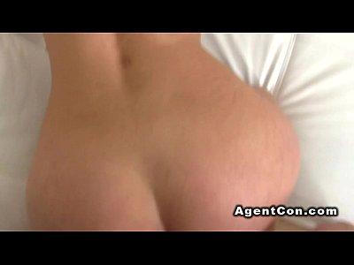 falso agente infila il cazzo nella bionde figa casting