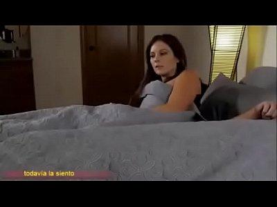 Compartiendo la cama con madrasta (Sub español)