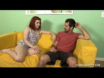 redhead teen regala un topless masturbazione con la mano