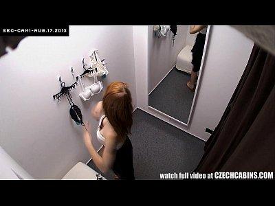 impressionante redhead teen in pubblico spogliatoio