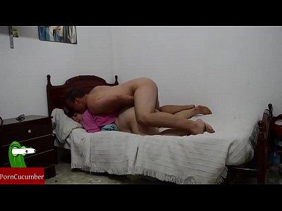 Te doy un masaje y luego te follo con mi pollón en la cama de tu madre.GUI054