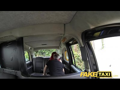 falso taxi rossa sexy con tette enormi