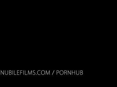 rubia adolescente buenisima hace video para el novio en el ba