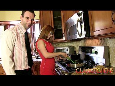 cucina: rossa penny pax scopata con un cazzo di spessore durante la cottura