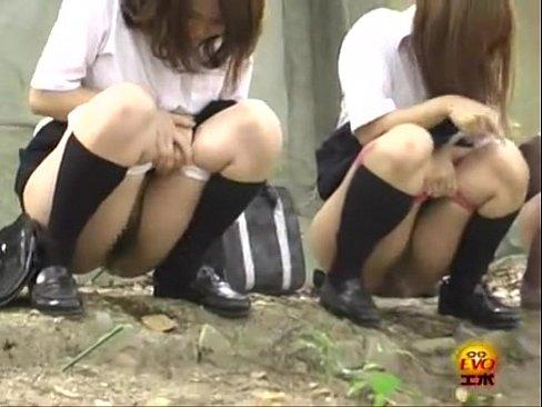 「一緒にしよ♪」下校途中の女子校生がノリでハシャギながら連れション隠...
