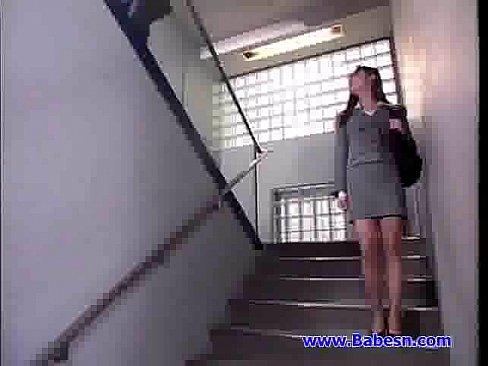公司保安和女白領在辦公桌上瘋狂高潮