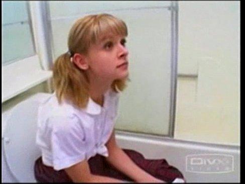 Трахает сестру в попку в ванной