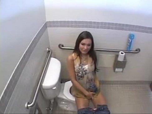 Порно уединились в туалете фото