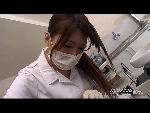 美女醫生幫客戶拔牙,用奶子給客戶止痛。