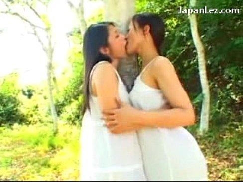 熟女たちが森林でレズプレイ|日本人動画