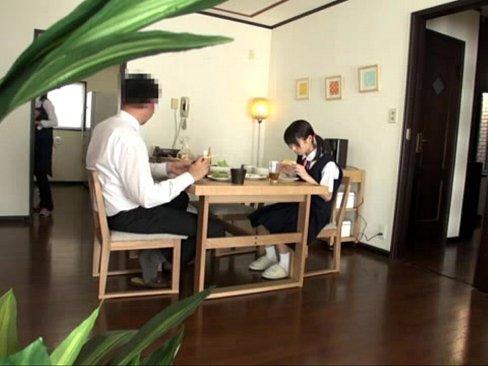 ロリの素人女性のフェラ無料jukujyo動画。新しいお父さんにフェラさ...