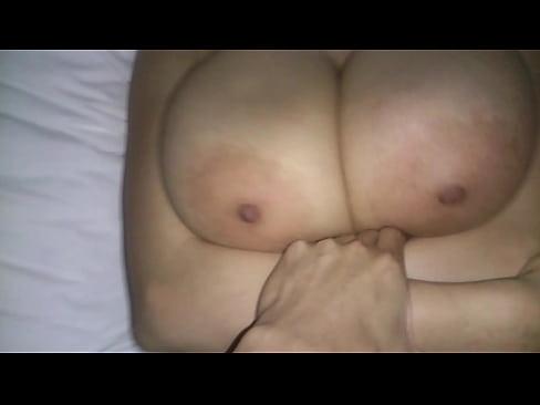 おっぱいだけで逝きたい布団で顔を隠され爆乳は隠さずゆっさゆっさ乳中心セックス