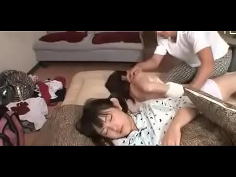 【ロリ動画】川の字で寝てる娘にいたずら夜這い!つるまん弄ってフェラさせる父