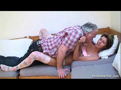 Онлайн порно папа трахает спящую девушку