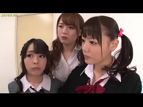 巨乳JKが教師の前で同級生と愛撫|日本人動画