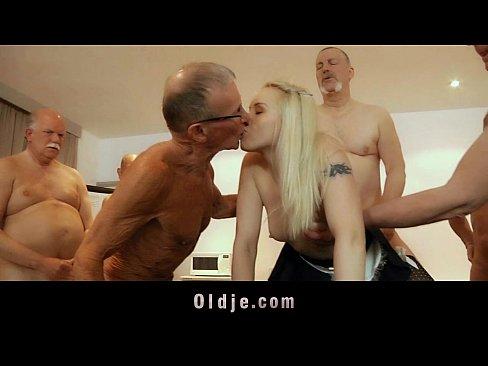 Sapte Mosi Fut O Blonda In Stil Gangbang