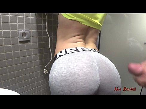 在健身房的廁所里與健身美女做愛。