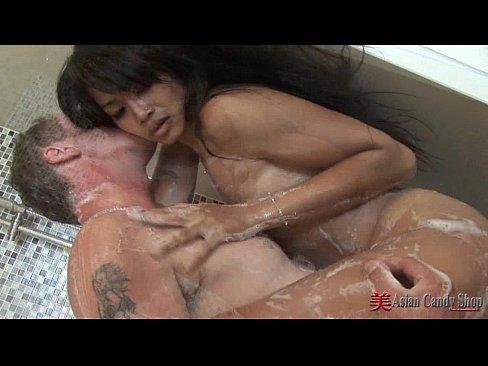 亞裔女給老外洗肉棒
