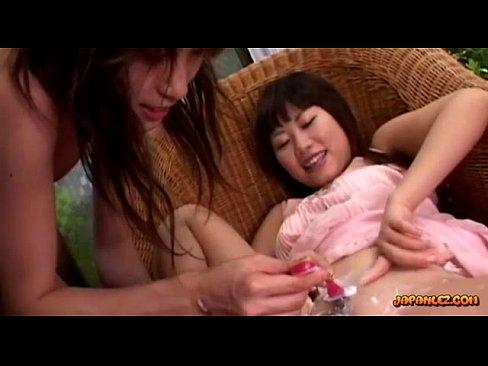 お姉さんがカミソリでロリっ娘の陰毛をアナル周りも綺麗に剃り落とし!