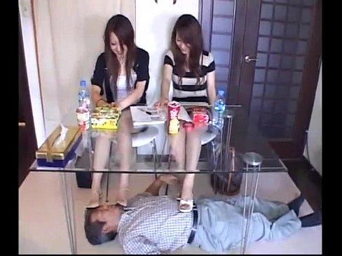 【無料エロ動画】敷物代わりに美女に顔面を踏みしめられる奴隷ドエム男