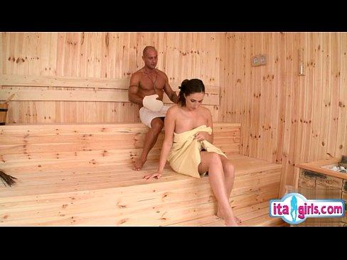 Смотреть как жестко трахают в бане