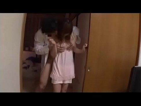 姉が彼氏と激しくセックス それを見て一人エッチにふける妹