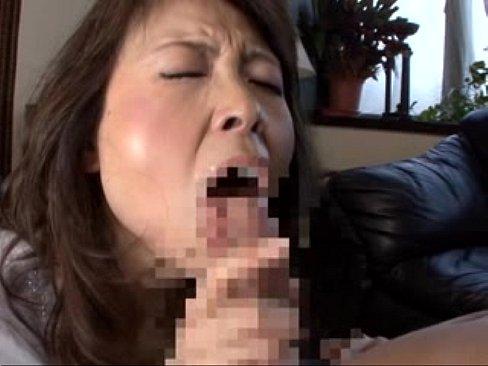 五十路の熟女のフェラjukujyo動画。チンコが大好きな五十路熟女が若いチンコを手ヌキフェラで濃密奉仕!