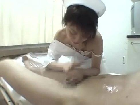 病院で手コキされる動画2連発!エッチな熟女ナースと付き添いのエロい奥様が優しく手コキ!!