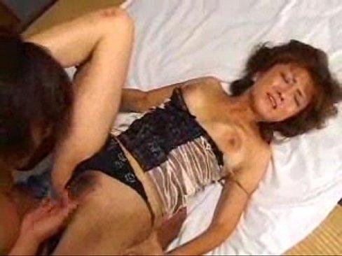 巨乳の美人ママが実の息子に性教育をする近親相姦エッチ中
