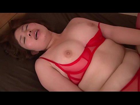 ムッチリの素人女性の無料熟女動画。セクシーランジェリーを着たムッチリな...