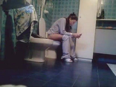 海外の洋式トイレで外人女性の排泄拭き白パンツ履き上げを盗撮