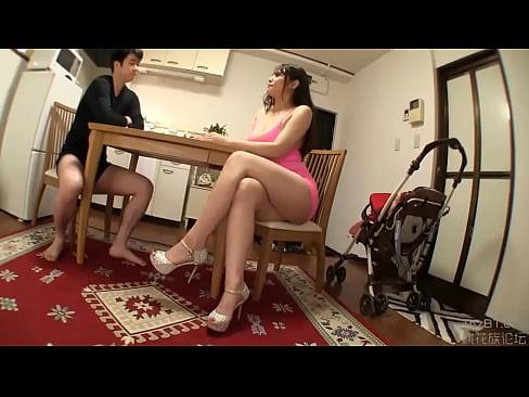 ミニスカの人妻の無料おばさん動画。ミニスカを履いてハミ尻させるフェロモ...