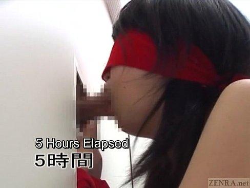 目隠し拘束状態で狭い部屋に閉じ込められたスクール水着のロリ娘が壁から出されたちんぽを一心不乱に咥えつづける