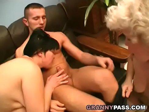 Мама и бабушка сосут внуку