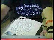 chica haciendo su tarea en webcam