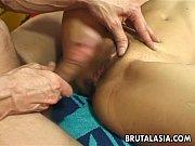 Jeune fille asiatique essaye des culottes nue