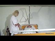 Krankenschwester hilft alten Patienten mit einem Fick im KH